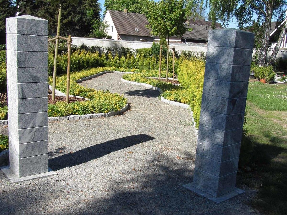 Urnenwahlgrab in einer Gemeinschaftsanlage unter Bäumen