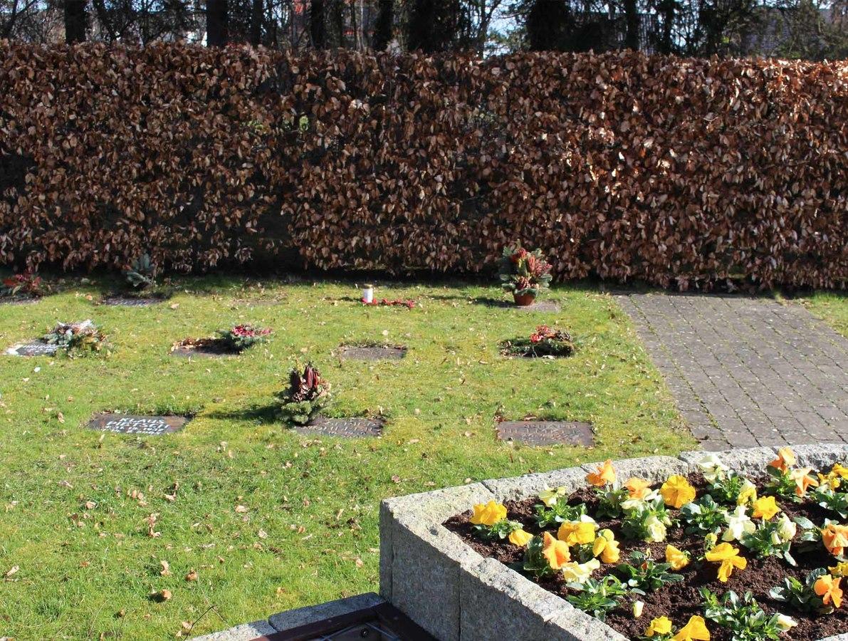 Urnengrab mit Namensplatte