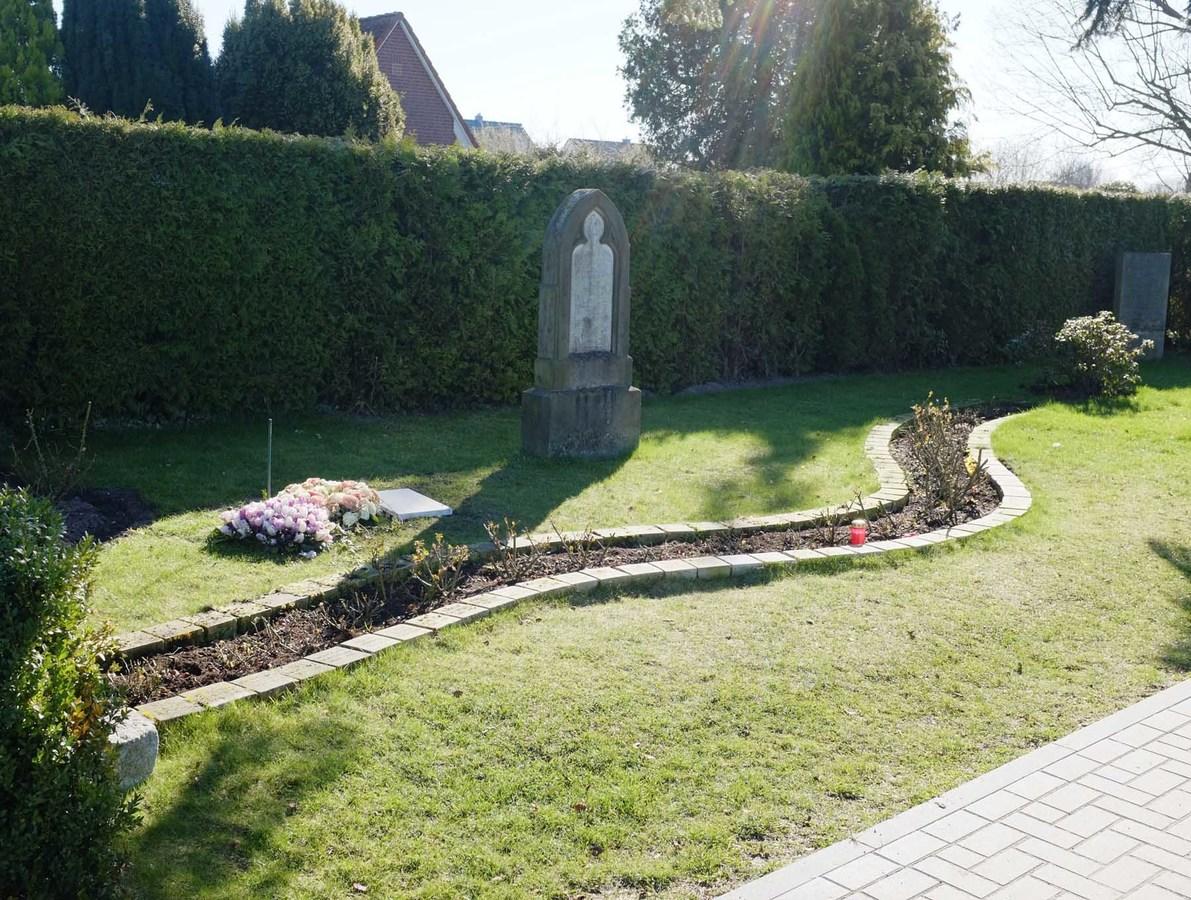 Urnenreihengrab in einer gestalteten Rasengrabanlage