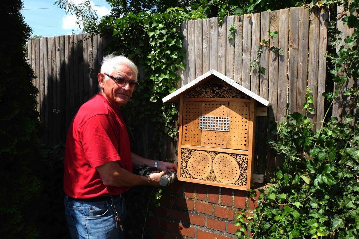 Johann Meyer hat die erste Unterkunft für Insekten für den Kirchenfriedhof gebaut. Foto: Anke Kappler